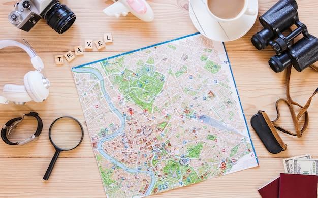 Различные принадлежности для путешественников на деревянной поверхности Бесплатные Фотографии