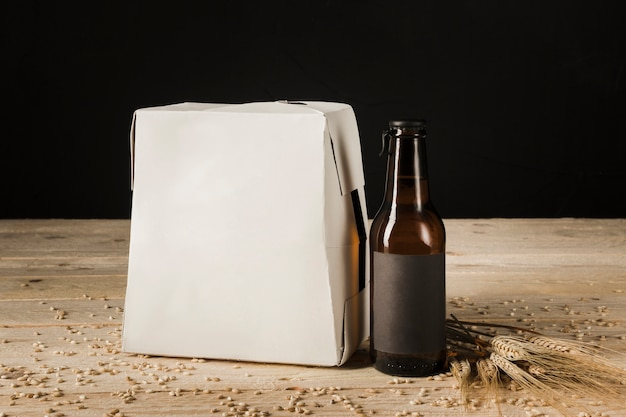 木製の背景にビール瓶のカートンボックス 無料写真