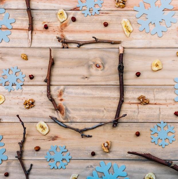 装飾的な雪片の間の枝 無料写真