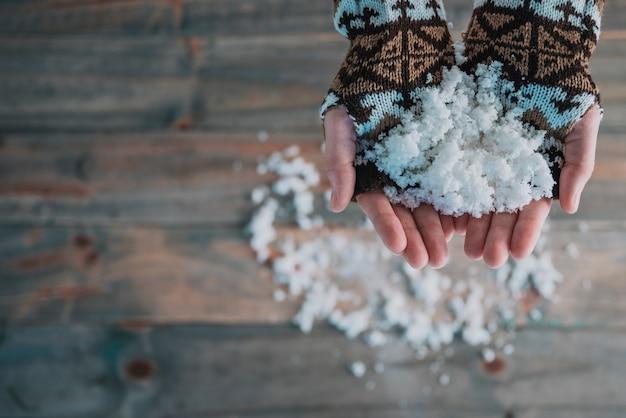 雪がかかった手袋 無料写真