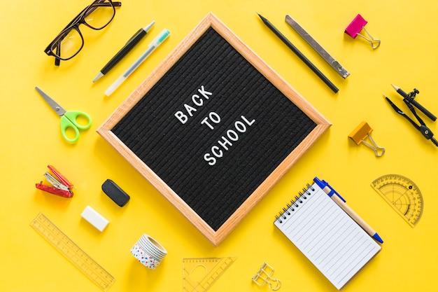 オフィスアクセサリーを使って学校のレタリングに戻る 無料写真