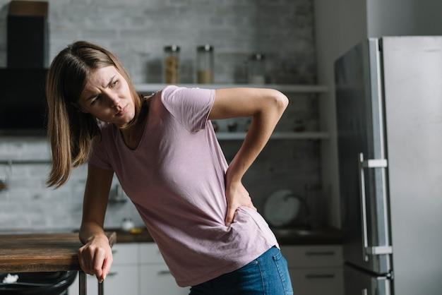 背中の痛みに苦しむ女性 無料写真