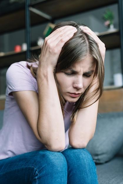 Крупный план красивая молодая женщина страдает от головной боли Бесплатные Фотографии