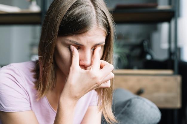 目、痛みしている女性のクローズアップ 無料写真