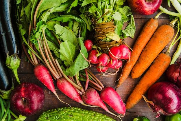 生の有機野菜を机に置く 無料写真