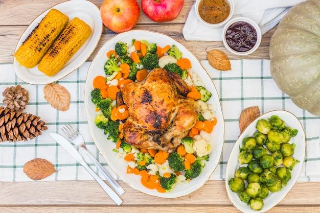 Праздничный стол, покрытый едой Бесплатные Фотографии