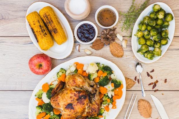 様々な食べ物で覆われた木製テーブル 無料写真