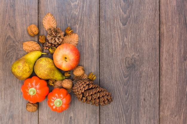 木製のテーブル上の果物や野菜 無料写真