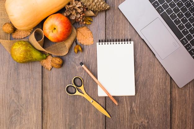 テーブル上のメモ帳と果物や野菜 無料写真
