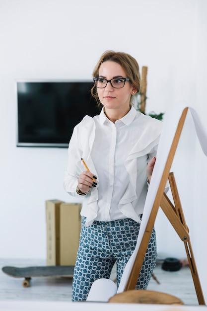 新しいビジネスプランを説明する鉛筆を保持している若い実業家 無料写真