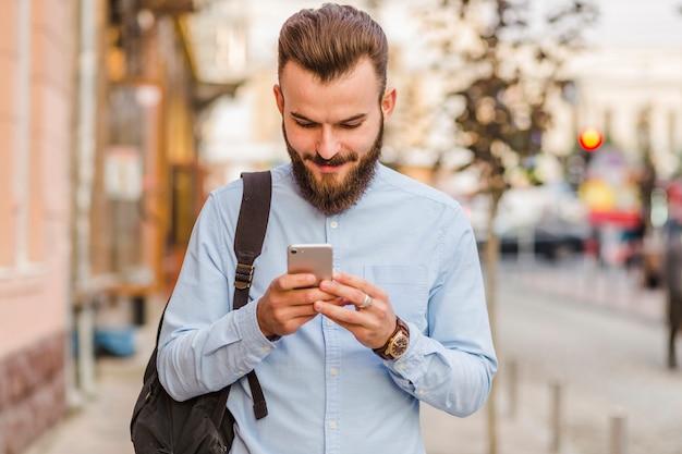 携帯電話を使用している若い男のクローズアップ 無料写真