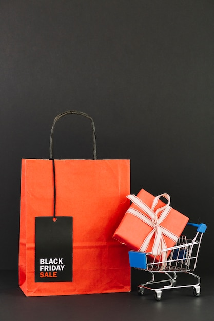 Пакет с тегом возле торговой тележки с настоящим Бесплатные Фотографии