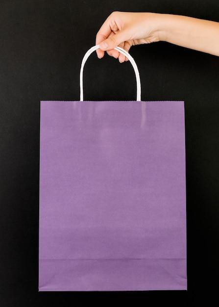 紫色の買い物のパケットで手 無料写真