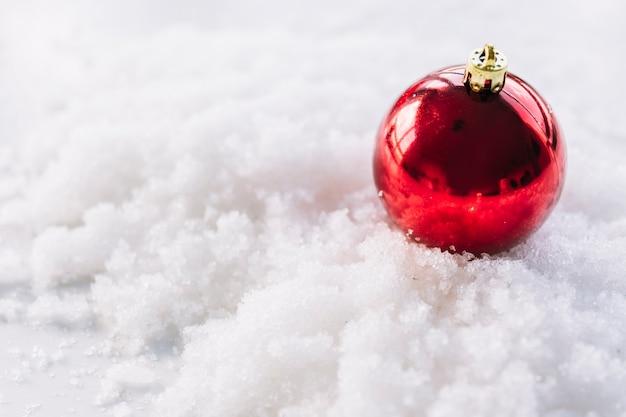 Рождественский состав безделушки на снегу Бесплатные Фотографии
