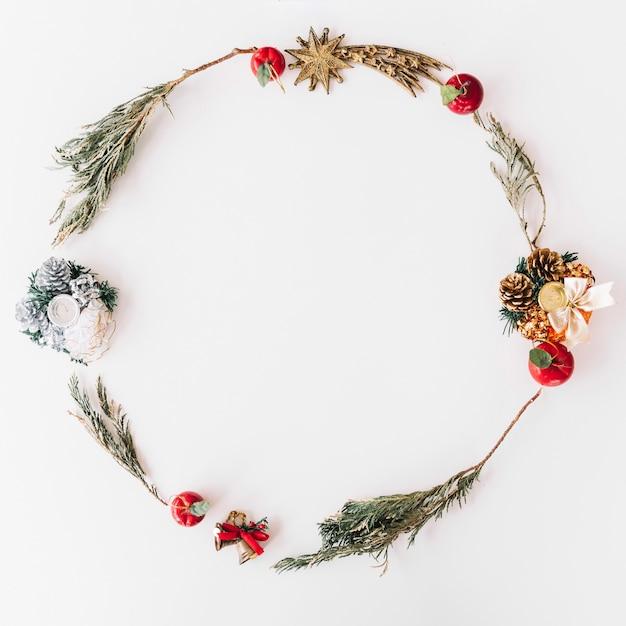 枝からのクリスマスの花輪 無料写真