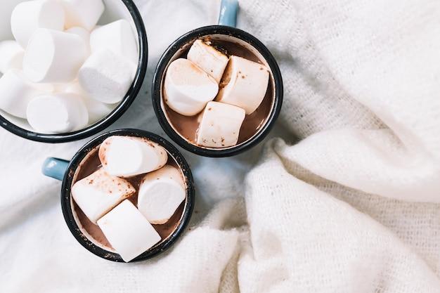 Чашки с горячим какао и зефиром на столе Бесплатные Фотографии