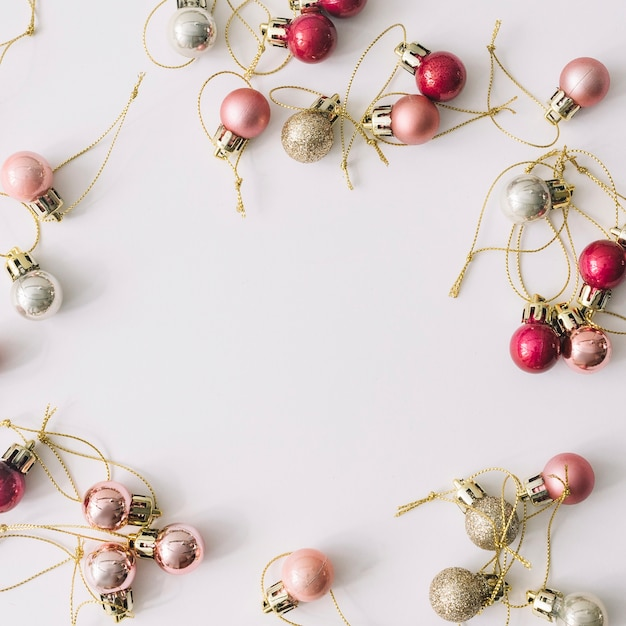 Розовые и серебряные рождественские блесна Бесплатные Фотографии