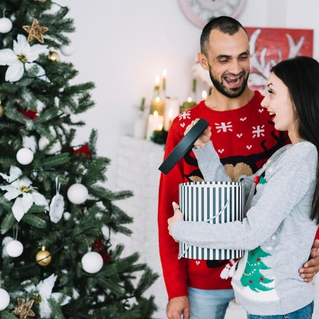女性の近くに贈り物で笑顔の男 無料写真