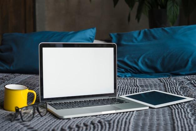 ラップトップ;デジタルタブレット;眼鏡と寝具セット 無料写真