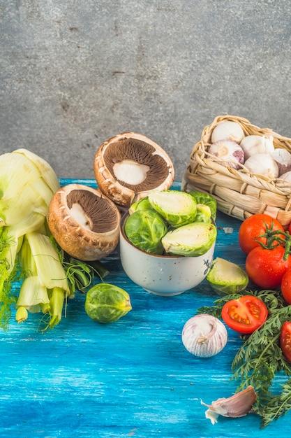 青色の木製の表面に新鮮な有機野菜のクローズアップ 無料写真