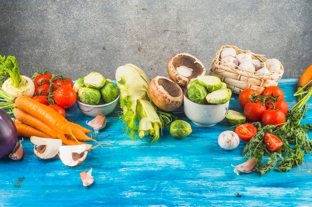 青い木製の卓上に新鮮な健康的な野菜 無料写真