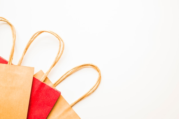 茶色と赤色の買い物袋 無料写真