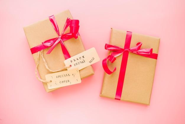 弓とセールタグ付きのプレゼントボックス 無料写真