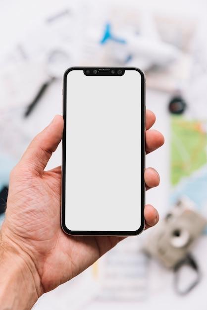 Человек показывает пустой белый экран на смартфоне Бесплатные Фотографии