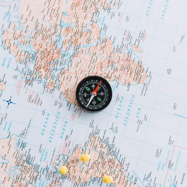 世界地図上のコンパスのオーバーヘッドビュー 無料写真