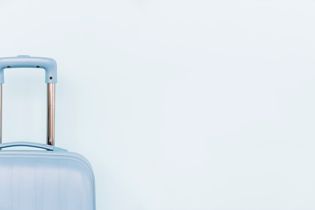 Крупный план синего багажа на белом фоне Бесплатные Фотографии