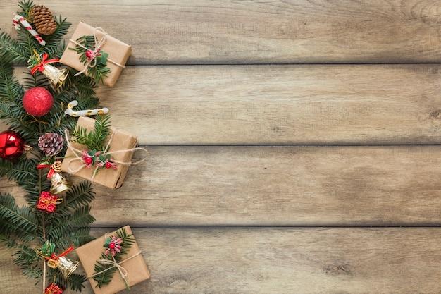 プレゼント箱の近くにクリスマスのおもちゃを装飾したモミの枝 無料写真