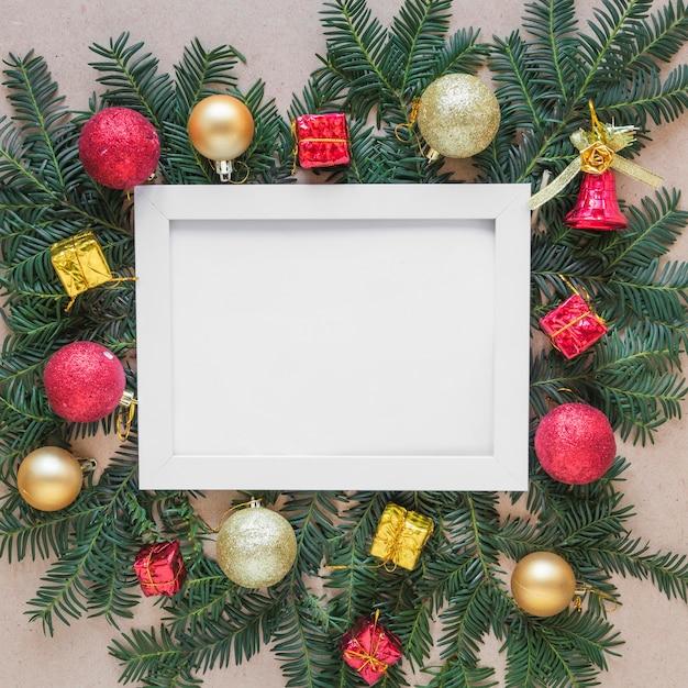 クリスマスボールとモミの小枝にフォトフレーム 無料写真