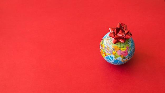 弓と小さなグローバルマップ 無料写真
