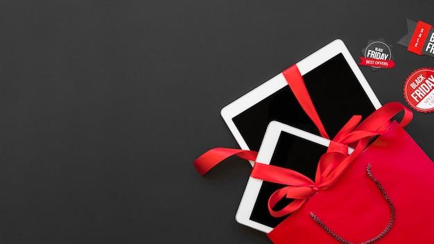 赤いリボンがラベル間のパケットに入った白いタブレット 無料写真