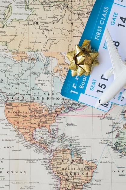 Маленький самолет на карте с билетами Бесплатные Фотографии