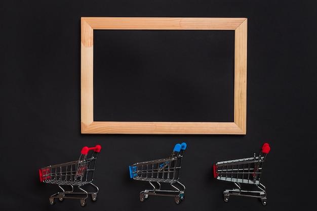 赤と青のハンドルとフォトフレームが付いたショッピングカート 無料写真