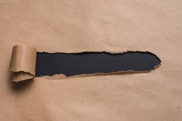 クラフト紙を見ている黒い板 無料写真