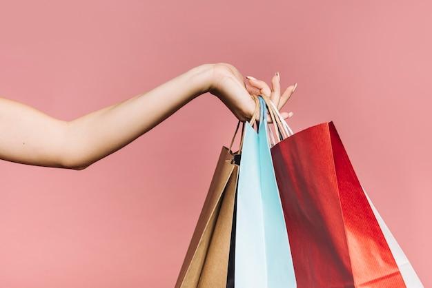 カラフルなショッピングバッグで手 無料写真