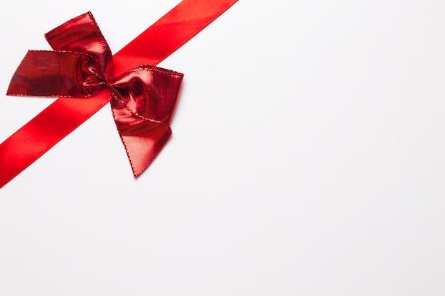 明るい弓の赤いリボン 無料写真