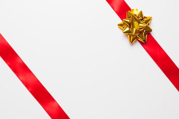 金の弓の付いた赤いリボン 無料写真