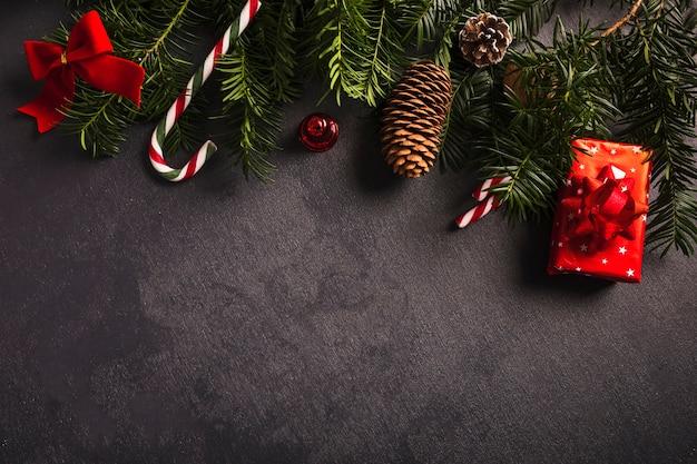 クリスマスの装飾の近くのモミの小枝 無料写真