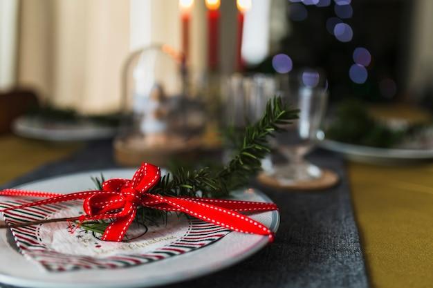 テーブルはクリスマスのためにオーナメント 無料写真