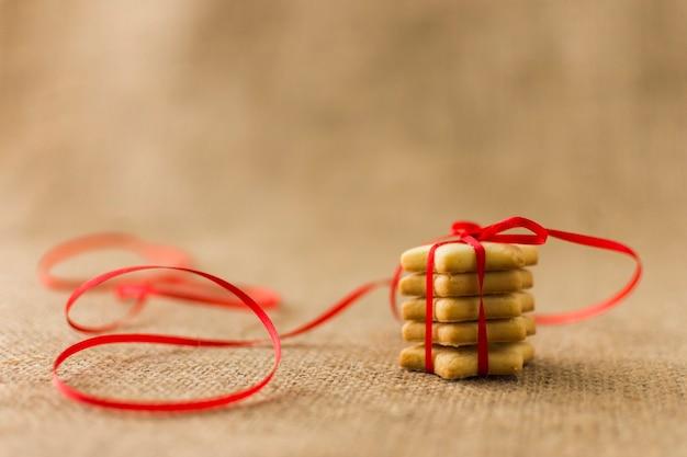 赤いリボンで小さな星のクッキー 無料写真