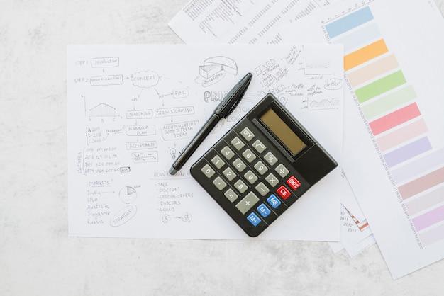 Документы с бизнес-стратегией и калькулятором Бесплатные Фотографии