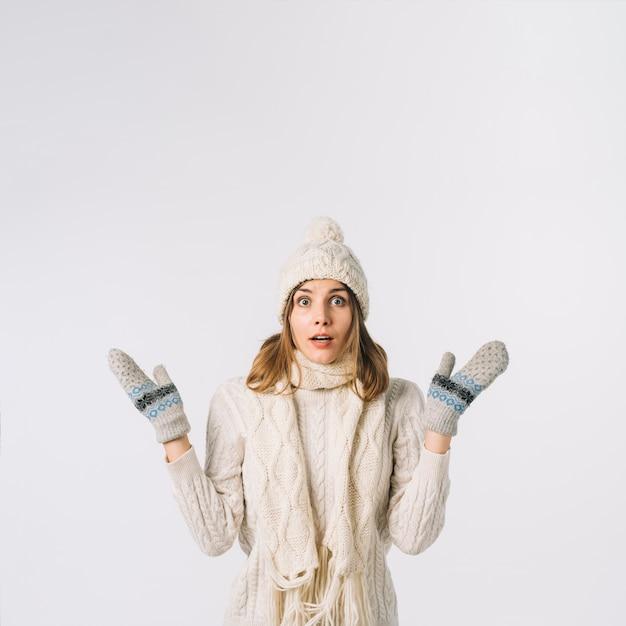 Шокированная женщина в теплой одежде Бесплатные Фотографии