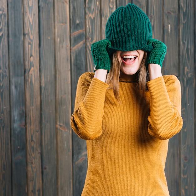 キャップ、顔を覆う女性 無料写真