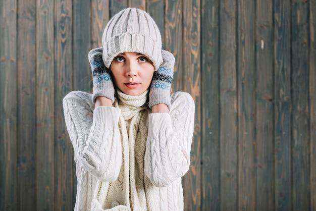 ライトセーターの凍った女性 無料写真