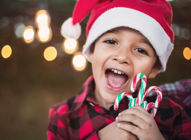 クリスマスを祝うハッピーボーイ 無料写真