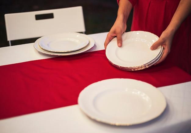 クリスマスディナーのテーブルを設定している若い女性 無料写真