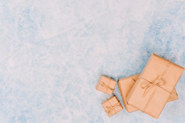氷の上にラッピングされたギフトボックス 無料写真
